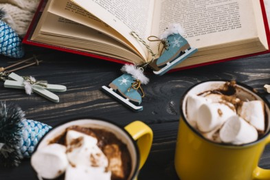 mugs-with-marshmallows-drinks-near-christmas-decorations-book_23-2147967470