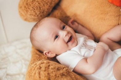 small-baby-lies-bear_8353-5676